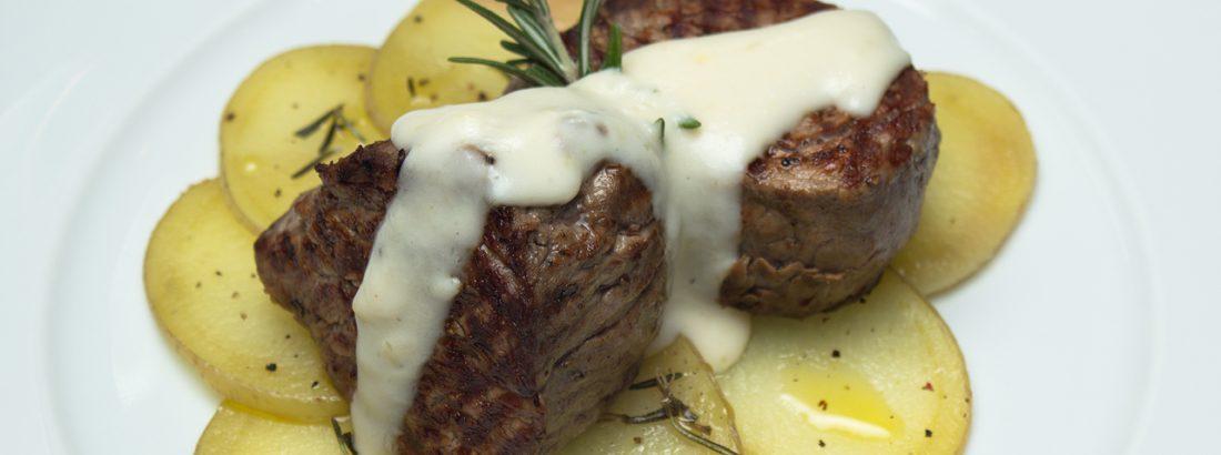 Solomillo de cerdo con salsa de queso, pimienta y toque al limón
