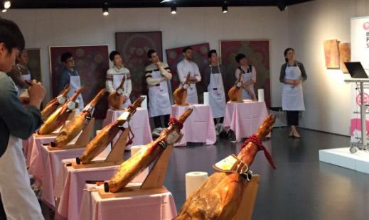 Curso de corte de jamón organizado por INTERPORC en el Instituto Cervantes de Tokio (Japón)